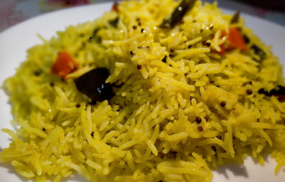 Nasi Kuning Daun Kari
